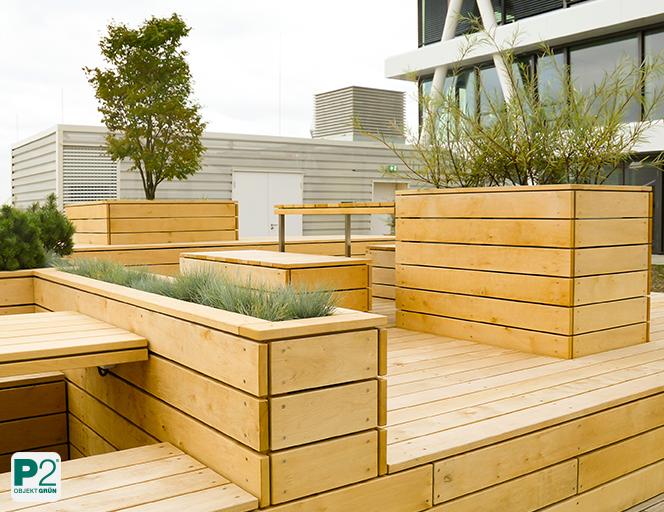 Vollsonnige Terrasse mit Holzkonstruktion und Pflanzen